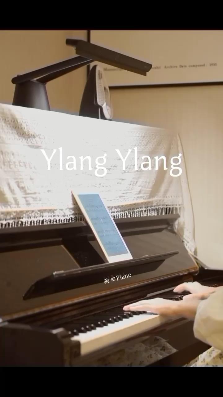 ylang-ylang(伊兰):来东南亚的一种热带乔木,开有芳香的绿黄色花,从中提取的香精油,常用于制作香水。 · 弹奏这首曲子的时候 窗外的风正缓缓地吹进屋子 微风拂面 带着轻松慵懒的法式旋律🎶 好像一场带着浓郁芬芳的花园里的下午茶演奏视频