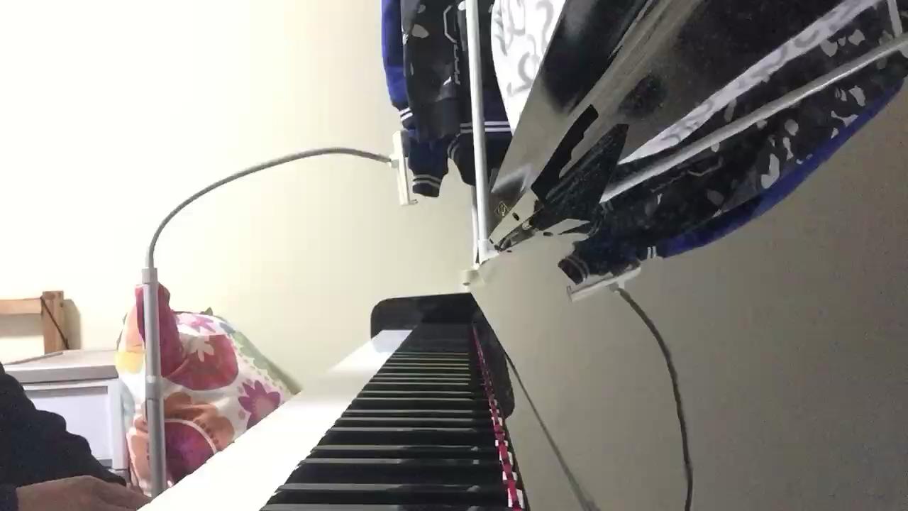 【warma】warma是B站的一个up主,这首曲子是她原创的一首ED,原曲在她一个视频的结尾,是她用尤克里里弹唱的。我非常喜欢,于是弹了一个钢琴版的。嗯谱子的话暂时没有,这一首我是即兴改编,右手主旋律,左手加点和弦就好了。希望大家喜欢!演奏视频