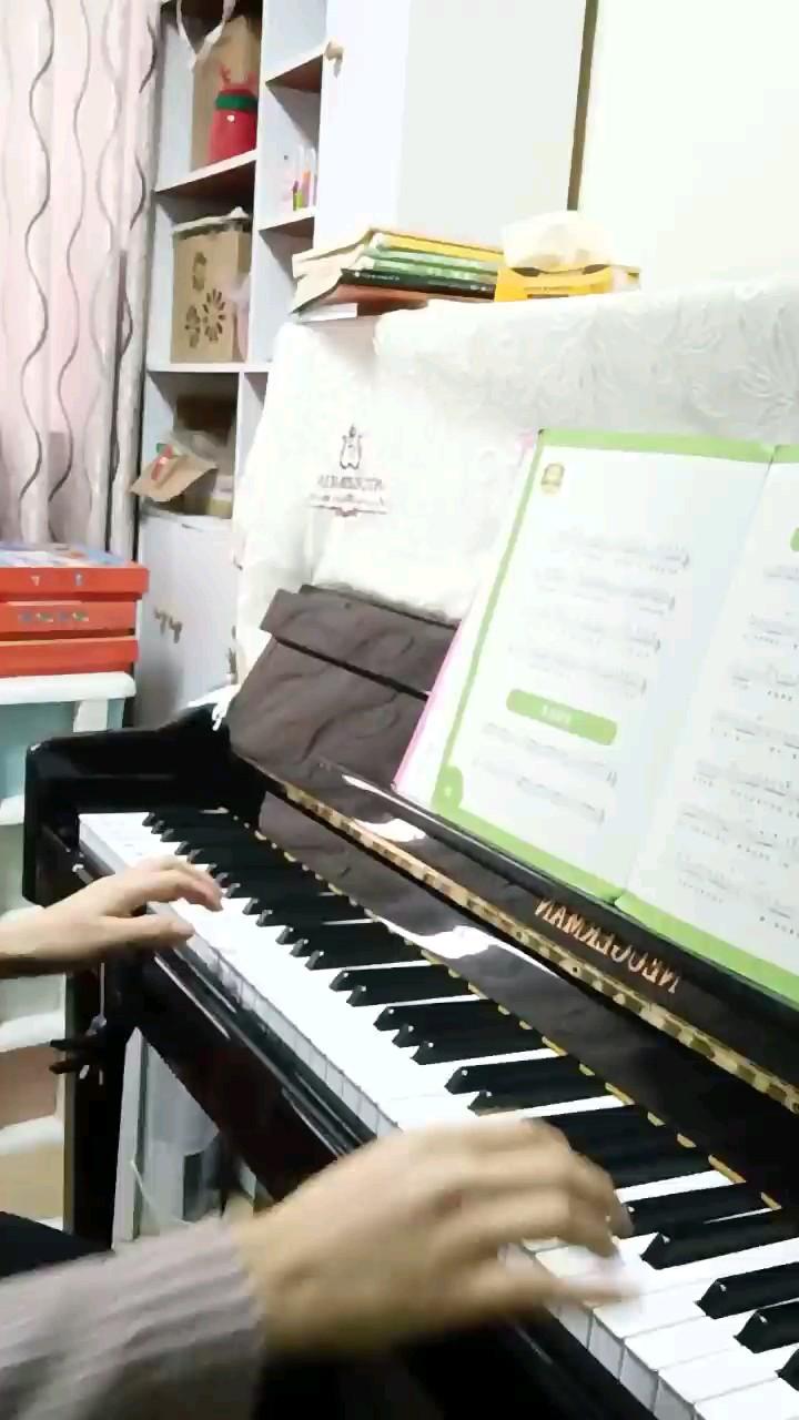 女儿学钢琴,跟着自学,因为从小到大很喜欢钢琴,小的时候没有这个经济条件,现在自己有这个能力,何不一起学呢?一起进步!一起学习!我是超级爱钢琴。♥演奏视频