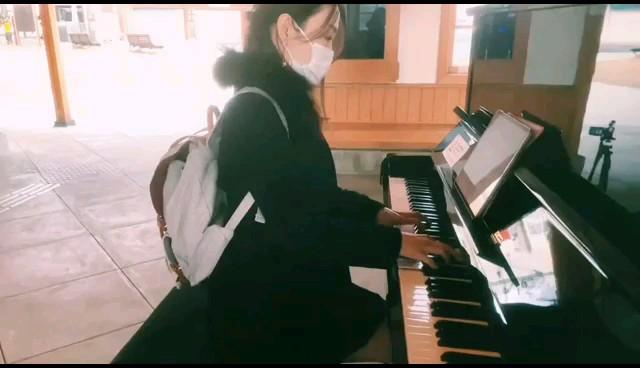 日本某电车车站卡哇伊立式钢琴,弹奏的是这个卡农谱,慢速暖音色比较柔美。演奏视频