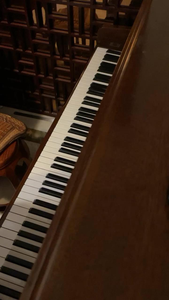 自学钢琴约2年,李斯特的爱之梦。刚刚学会,有几个地方还是有弹错,虽然学会了,但还是要继续练习如何弹出有感情,希望有大师来指导指导演奏视频