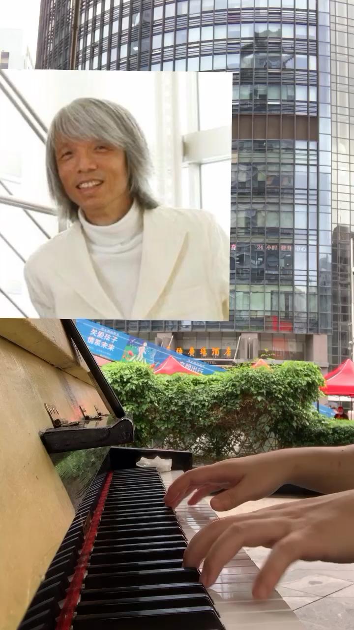 雨中街头随手弹黄永灿《运命と绊》,偶然听到的一首轻音乐…演奏视频