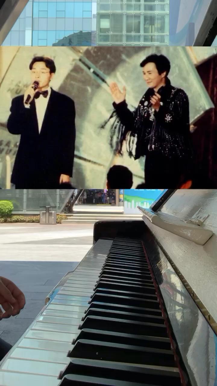 街头钢琴随手弹张国荣《沉默是金》,忆当年…演奏视频
