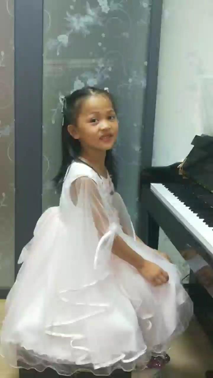 大家好我叫王盈盈,学习钢琴有一年九个月了,我每天都坚持练琴,妈妈说每天努力一点,收获就多一点,我热爱钢琴,我会加油的!演奏视频
