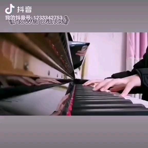 一年半以前练的一首曲子,记得当初就是听这首曲子着了钢琴的魔演奏视频
